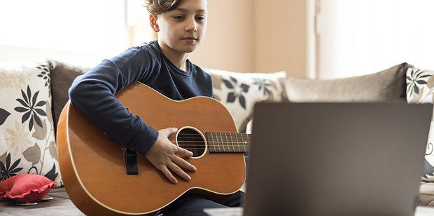 Music, learning to play the guitar with an online Tutor